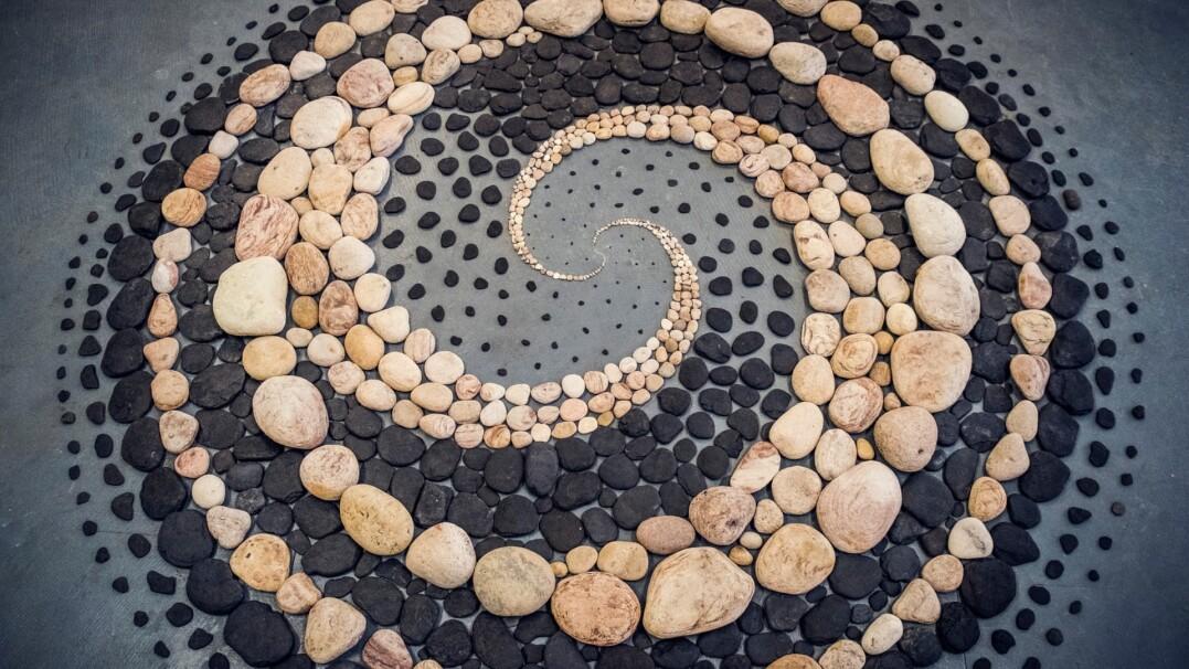 Niesamowite dzieła z kamieni. Ten artysta tworzy sztukę z tego, co ma pod ręką