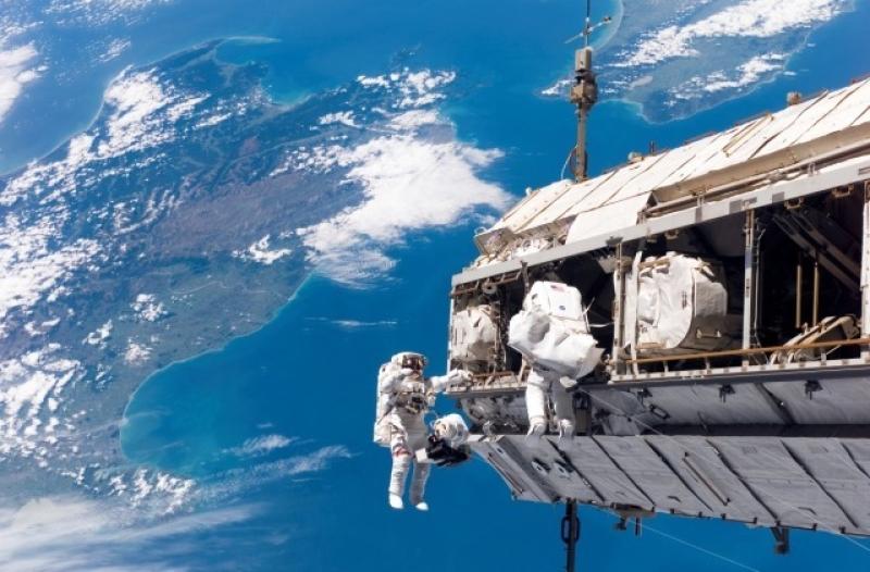 Piękne widoki i brak grawitacji. Powinno być lekko i przyjemnie. Jest ciężko, choć niezwykłe widoki z równym zachwytem wspominają wszyscy kosmonauci (NASA)