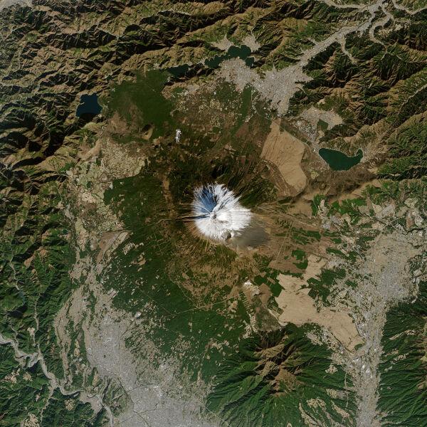 Pokrywa śnieżna na górze Fudżi 1 stycznia 2021 (NASA Earth Observatory)
